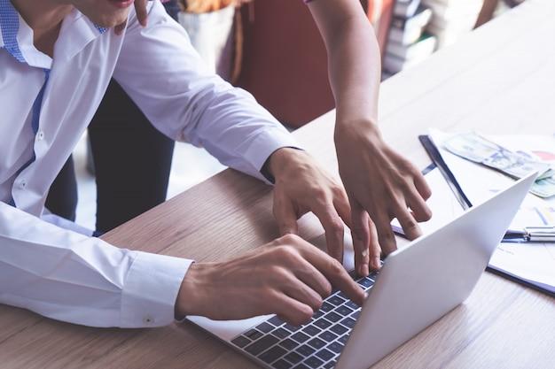 De bedrijfsvrouw richt op laptop het scherm, medewerker brainstorming in bureaucomputer.