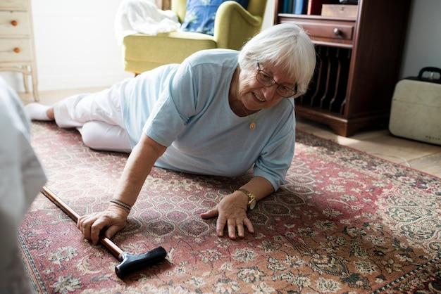 De bejaarde viel op de vloer