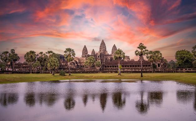 De belangrijkste tempel van angkor wat weerspiegeld in het water in een mooie zomerse zonsopgang. cambodja