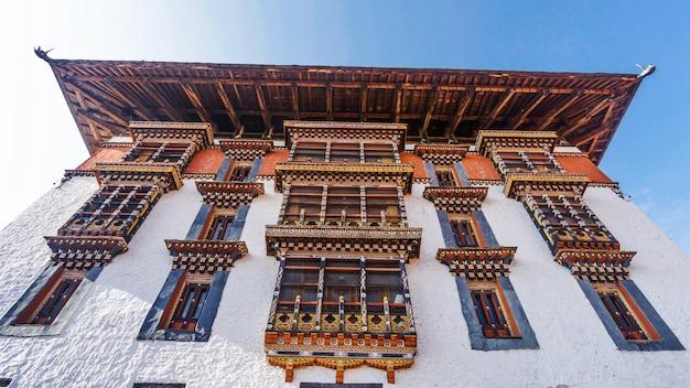 De belangrijkste toren voor gebed met aziatisch kunstvenster en dak in paro dzong