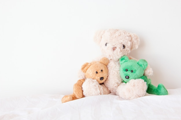 De bendeteddybeer in een omhelzing met liefde