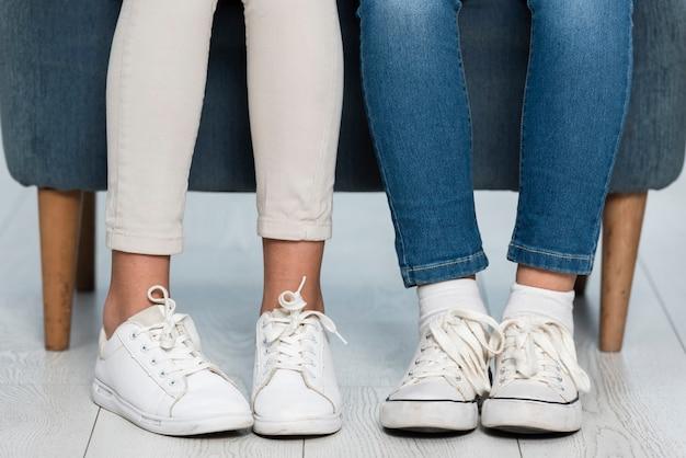 De benen van close-upmeisjes