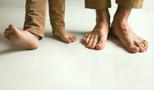 De benen van de familie op wit