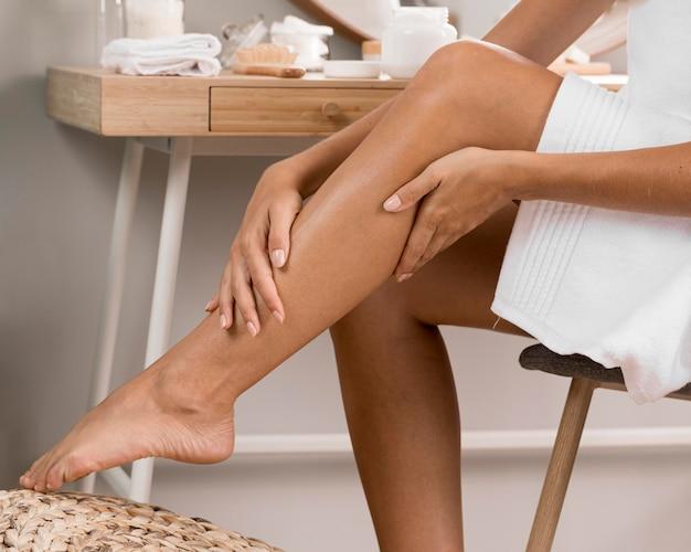 De benen van de vrouw met room
