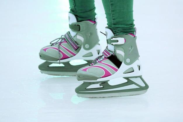 De benen van een man die op de ijsbaan schaatst. sporten en amusement. rust- en wintervakanties.