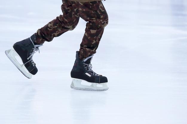 De benen van een man die schaatst op een ijsbaan