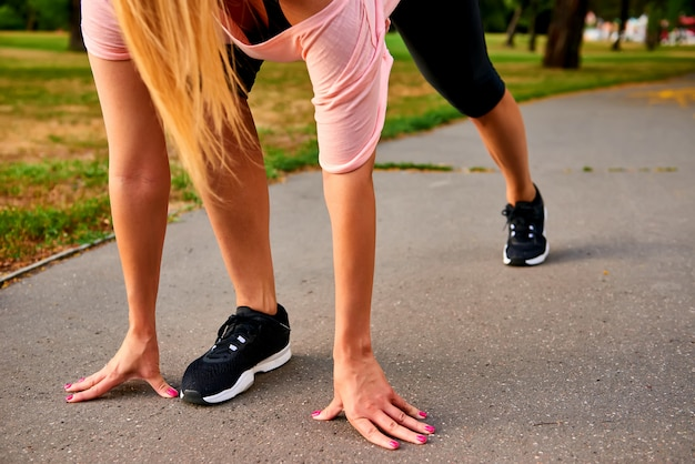 De benen van een rennende vrouw