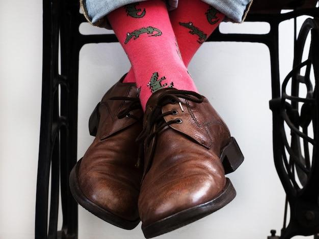 De benen van mannen in heldere, grappige sokken