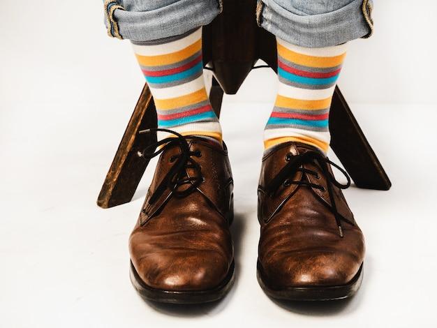 De benen van mannen in lichte sokken