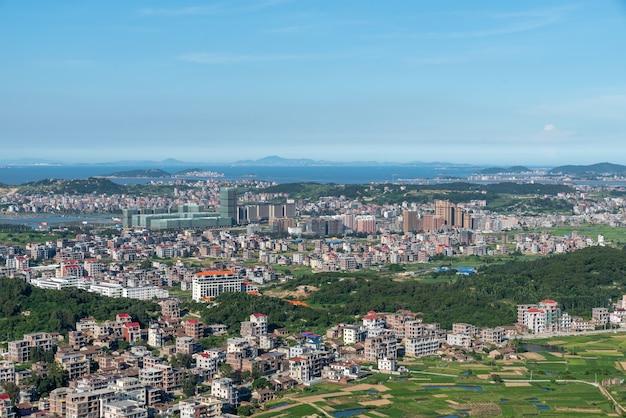 De berg kijkt uit over de rijke dorpen en steden