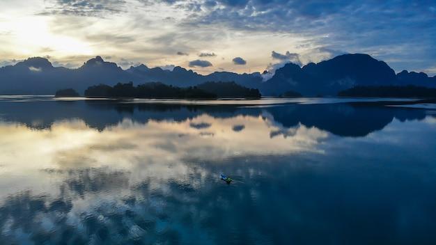 De berg rajjaprabha dam van het sunlighmeer (chiao lan dam), de provincie van surat thani, thailand