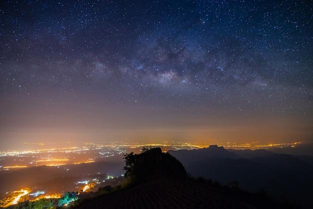 De berg van het nachtlandschap en de melkachtige achtergrond van de maniermelkweg