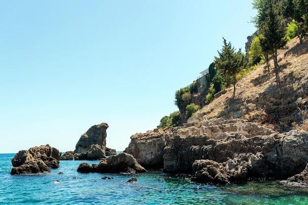 De bergen en het zee-landschap met blauwe lucht, prachtige natuur