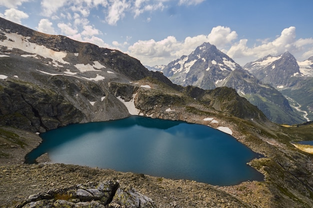 De bergen van de kaukasus van het meer in de zomer, het smelten van het meer van arkhyz sofia van de gletsjerrand