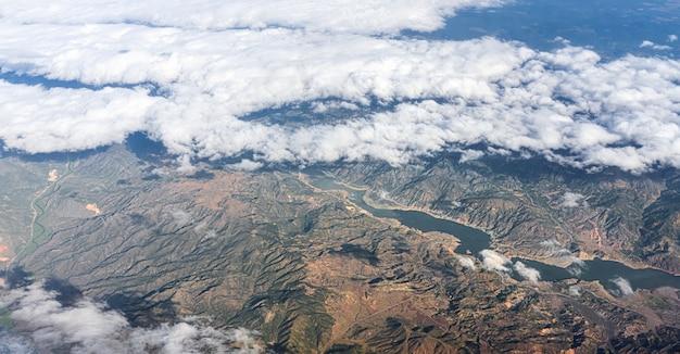 De bergen van turkije en de helderblauwe lucht met witte wolken een prachtig landschap van boven een ...