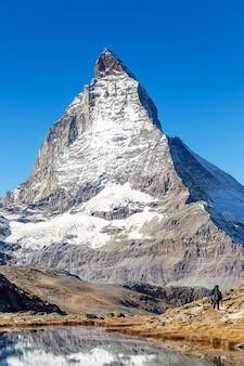 De bergmening van matterhorn van riffelsee-meer op hoge berg binnen
