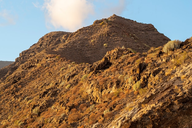 De bergpiek van de woestijn met bewolkte hemel