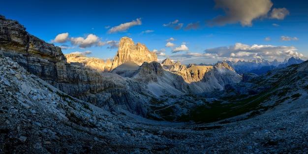 De bergpiek van het landschap bij zonsondergang