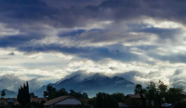 De bergscène van het landschap in de mening van de ochtend blauwe hemel
