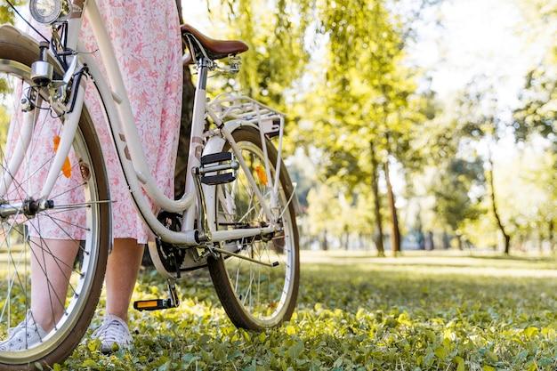 De berijdende fiets van de close-up elegante vrouw