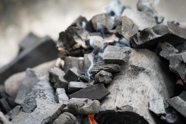 De berkoliekolen branden met een heldere vlam