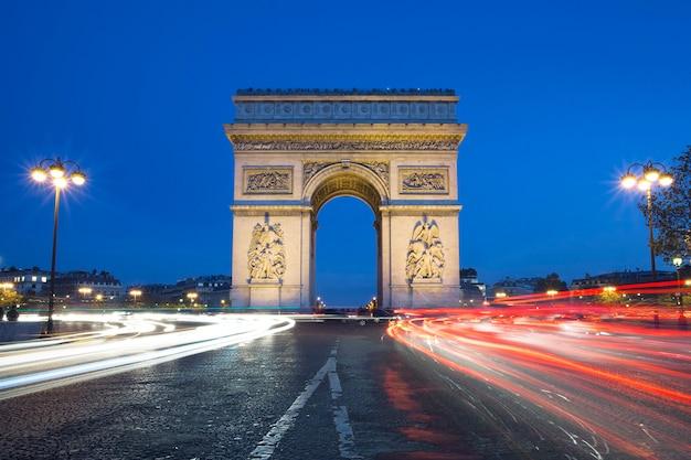 De beroemde arc de triomphe 's nachts, parijs frankrijk