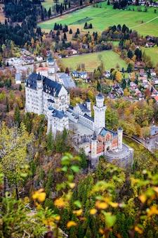 De beroemde neuschwanstein-de herfst hoogste mening van het kasteel vanuit het gezichtspunt in het bos, beieren, duitsland