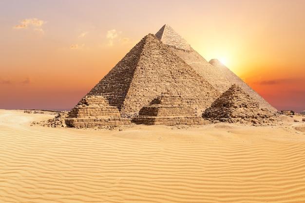 De beroemde piramides van gizeh in de woestijn bij zonsondergang, egypte.