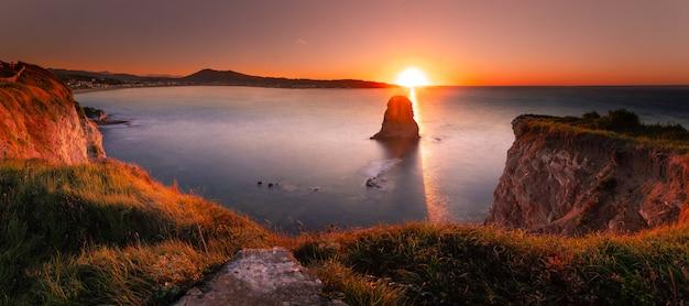 De beroemde tweelingrotsen aan de kust van hendaia in baskenland.