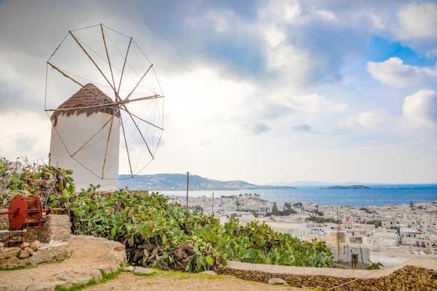De beroemde windmolen boven de stad mykonos, griekenland