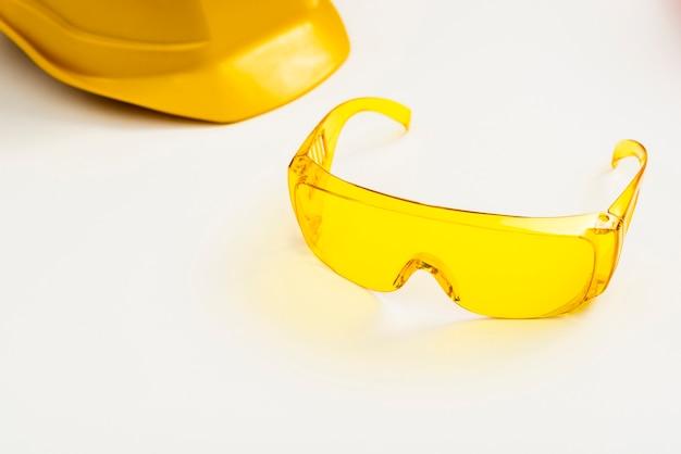 De beschermingsglazen en de helm van de close-up