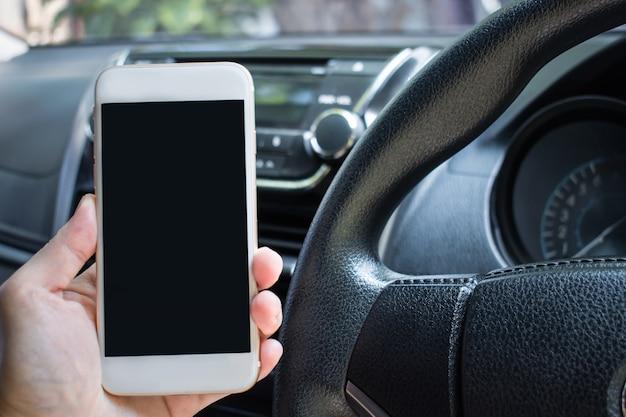 De bestuurder gebruikt de telefoon tijdens het rijden.