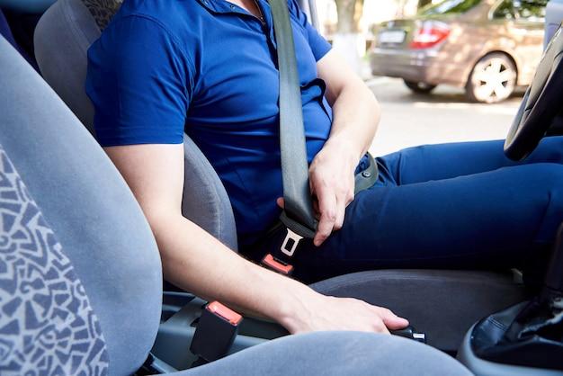 De bestuurder van de auto gebruikt een veiligheidsgordel.