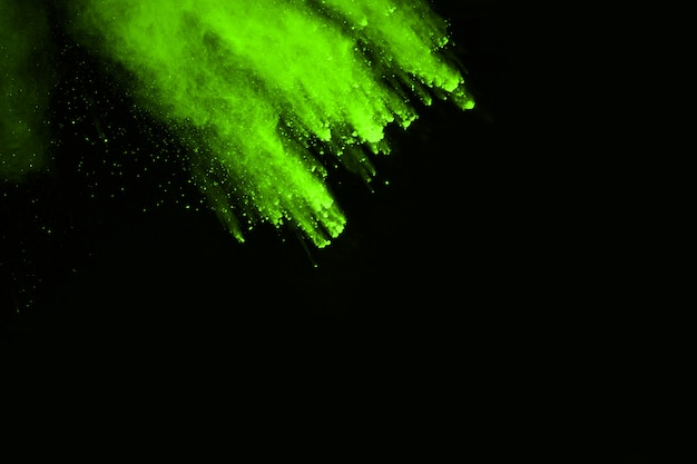De beweging van abstracte stofexplosie bevroren groen op zwarte achtergrond.