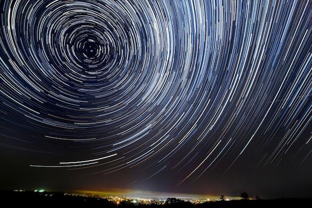 De beweging van sterren rond poolster in de nachtstad