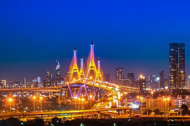 De bhumibol-brug (industriële ringwegbrug) (bangkok, thailand) prachtig uitzicht bij schemering, bangkok expressway