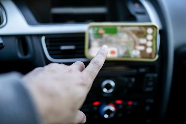 De binnenkant van een auto, hand met behulp van navigatie
