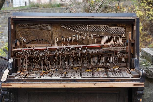 De binnenkant van een oude geruïneerde piano
