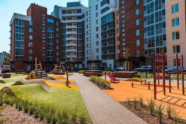 De binnenplaats van een modern woongebouw met apparatuur voor training en fitness buitenactiviteiten.
