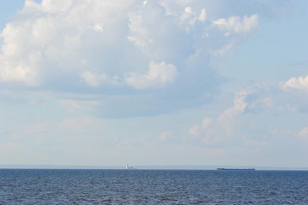 De blauwe achtergrond van de lucht en de zee