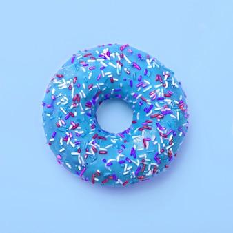 De blauwe doughnut in glans smakelijke cyaandoughnut motregende