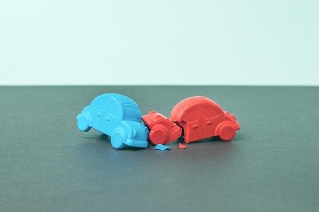 De blauwe en rode auto's botsen tegen elkaar aan