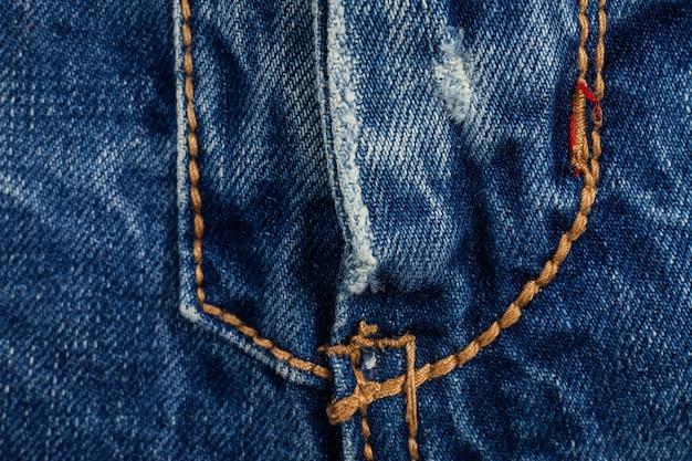 De blauwe gescheurde textuur van denimjeans. Premium Foto