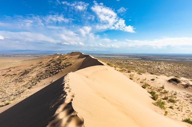 De blauwe hemel van het zandduin in zonnige dag