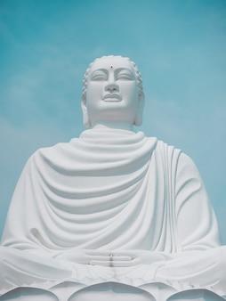 De blauwe hemel van standbeeld witte boedha azië vietnam