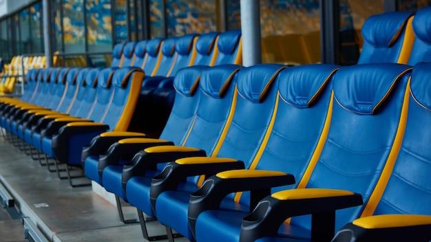 De blauwe lege stoel op sportstadion.