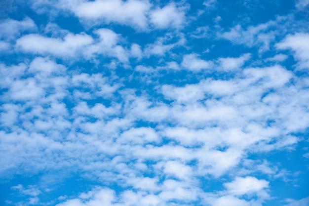 De blauwe lucht met wolk. mooie natuurlijk van hemelsamenvatting of achtergrond.