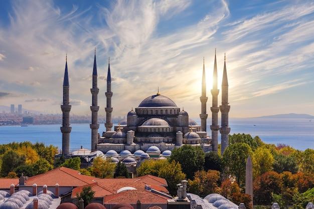 De blauwe moskee of sultan ahmet moskee bij zonsondergang, istanbul, turkije.