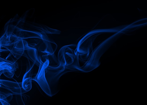 De blauwe samenvatting van de rookbeweging op zwarte achtergrond, duisternisconcept