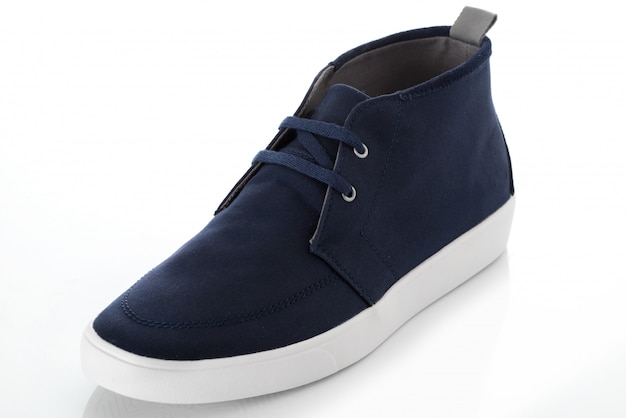 De blauwe schoenen van maniermensen met zijaanzichtprofiel op wit wordt geïsoleerd dat